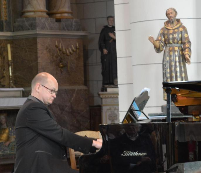 Eric Hénona au piano